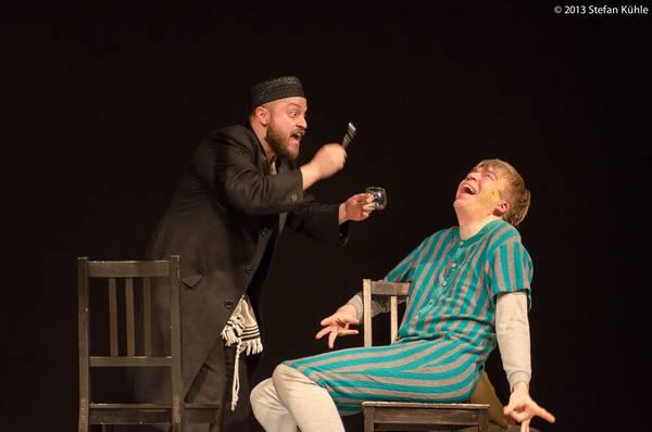 Firat Baris Ar (Mendel), Thomas Bauer (Menuchim) - Foto Kühle, Rechte theaterhagen, Abdruck honorarfrei