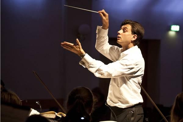 Musikschulleiter Holger Blüder bei der Probearbeit